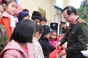 Bộ Công an sẻ chia những món quà nghĩa tình với đồng bào Bắc Kạn