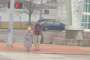 Chàng trai 15 tuổi bất ngờ nổi tiếng khi giúp cụ bà bị mù qua đường