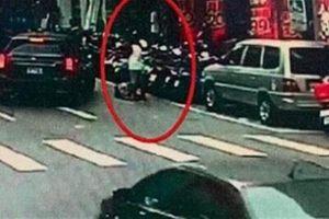 Cãi nhau trên đường, người đàn ông lục thùng rác làm điều cực dị