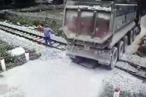 Tặng bằng khen cho nam nhân viên gác chắn nhanh trí ngăn tai nạn kinh hoàng giữa tàu và xe tải