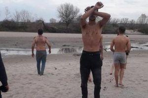 Người di cư tố bị an ninh Hy Lạp lột sạch quần áo rồi trả về