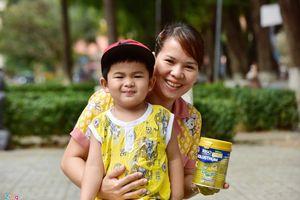 Trăm điều khó khăn khi chăm con nhỏ nằm viện mùa dịch