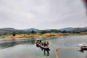 Thanh Hóa: Rủi ro tiềm ẩn bởi hàng nghìn người phải chèo đò qua sông Mã