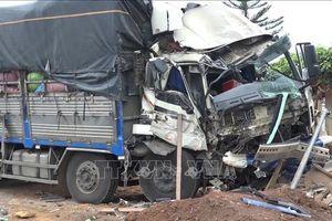Xe tải đâm trực diện vào đầu xe khách giường nằm, 6 người bị thương