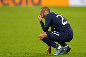 Moura rơi lệ trên sân vì bị loại khỏi Champions League
