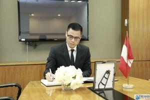 Trợ lý Bộ trưởng Ngoại giao Đặng Hoàng Giang ghi sổ tang chia buồn tại Đại sứ quán Peru