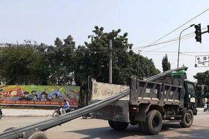 Dàn xe chở thép cồng kềnh đại náo thị xã Bỉm Sơn – Thanh Hóa