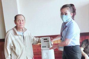 Quảng Ninh: Cụ ông 70 tuổi Đảng tặng máy thở cho UBND phường Bãi Cháy