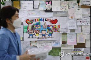 Khuôn mặt chằng chịt urgo của y tá ở tâm dịch Hàn Quốc