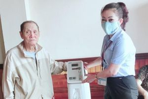 Cụ ông 90 tuổi tặng máy thở cho UBND phường chống Covid-19