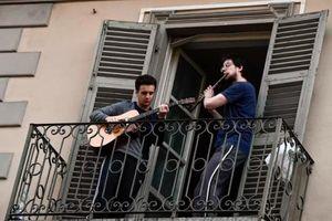 Cả nước bị phong tỏa, người dân Italy rủ nhau ra ban công ca hát