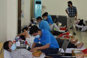 400 CBCCVC tình nguyện hiến máu