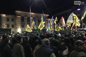 Phần tử Ukraine cực đoan bắn pháo,dọa xông vào Đại sứ quán Nga