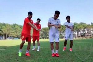 Hồng Duy và đồng đội nhảy 'Ghen Cô Vy' cực chất