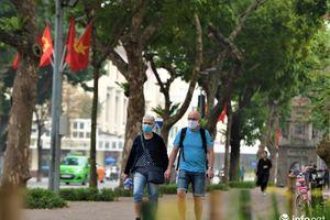 Du khách nước ngoài tuân thủ khẩu trang, thảnh thơi dạo phố Hà Nội