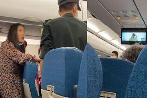 Clip mẹ bầu bị đạp bụng trên máy bay Vietnam Airlines vì vào chỗ không lên tiếng