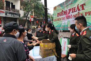 Trao 1.000 chai nước rửa tay đến người dân giữa 'mùa dịch' Covid-19