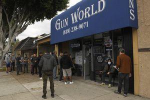 Mua bán súng đạn gia tăng tại Mỹ vì nỗi lo virus corona