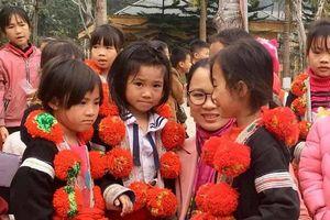 Chữ 'tâm' của cô giáo, Á hậu làm từ thiện