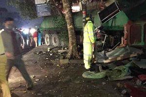 Xe container đâm xuyên 2 nhà dân, tài xế bị thương nặng