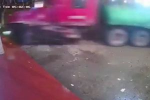 Kinh hoàng xe đầu kéo đâm sập nhà dân vì tránh xe đi sai làn đường