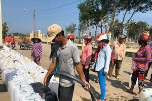 Người dân Tiền Giang ùn ùn đi lấy nước ngọt