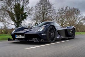 Siêu xe Aston Martin Valkyrie gây bất ngờ khi xuất hiện trên đường phố