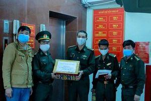 Báo Biên phòng trao vật tư y tế tặng Cục Hậu cần, Bộ đội Biên phòng