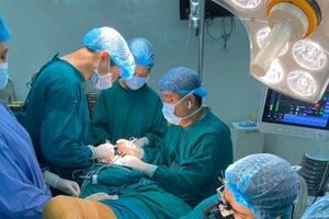 Chủ quan với vết nhiệt, người đàn ông bị cắt cả sàn miệng và xương hàm