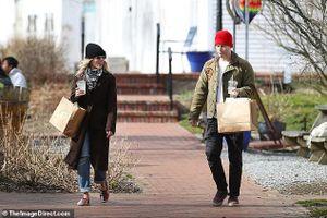 'Cô đào' Scarlett Johansson xinh đẹp đi mua sắm cùng hôn phu