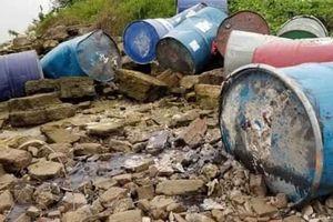 Vớt thêm 2 thùng phuy nghi chứa chất thải độc hại dưới sông Hồng