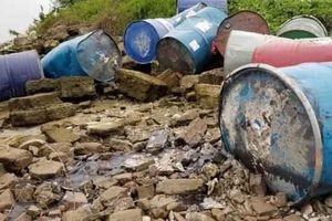 Trục vớt thêm 2 thùng phuy chứa chất thải vứt dưới sông Hồng