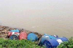 Tìm ra người đổ 14 thùng dầu thải xuống sông Hồng