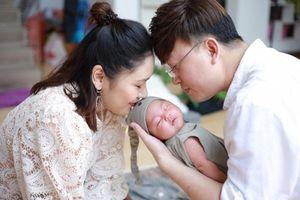 Con gái đầy tháng đáng yêu hết nấc của ca sĩ Sỹ Luân - Phương Thảo