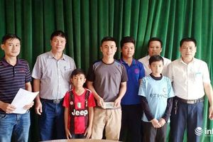 Nhặt được tiền rơi trên đường, 3 học sinh Nghệ An trả lại cho người đánh mất