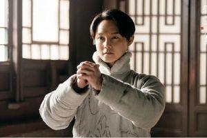 'Bên tóc mai không phải hải đường hồng': Diễn xuất của Doãn Chính đứngđầu hot search, khán giả nhớ đến Trương Quốc Vinh