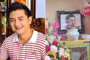 Gia đình, bạn thân thắp hương tưởng nhớ ngày mất của cố nghệ sĩ Anh Vũ