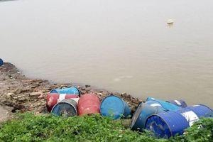Kẻ đổ 14 thùng phuy chất thải xuống sông Hồng khai gì?