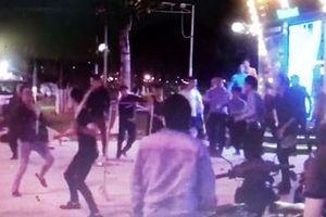 Hàng chục nam tuổi teen lao vào hỗn chiến, 1 người bị đâm mù mắt