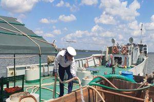 Tàu Hải quân chở nước ngọt xuyên đêm để cấp cho dân Bến Tre