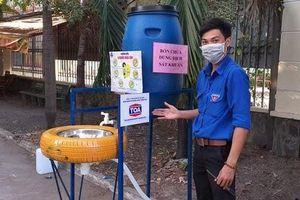 Làm bồn rửa tay bằng dung dịch sát khuẩn tặng người dân