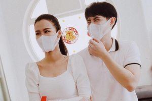 Vợ chồng Đông Nhi trao tặng 35.000 khẩu trang chống dịch