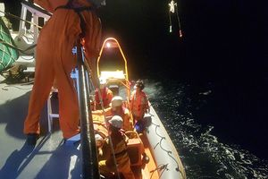 Cấp cứu kịp thời ngư dân bị đau ruột thừa trên vùng biển Hoàng Sa