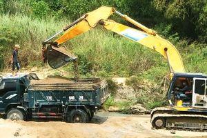 Chủ tịch xã 'bật đèn xanh' cho khai thác cát trái phép trên sông La Tinh