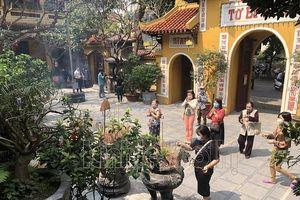 Tại chùa Phúc Khánh, chùa Quán Sứ... nườm nượp người đi lễ