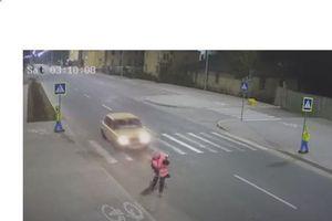 Ô tô phóng nhanh húc bay công nhân vệ sinh rồi bỏ chạy