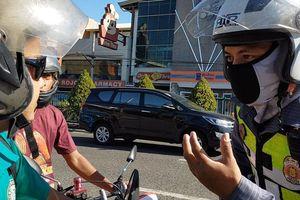 Cảnh sát tịch thu bằng lái của tài xế không mang khẩu trang