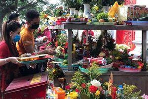 Tấp nập đi lễ chùa bất chấp mùa dịch