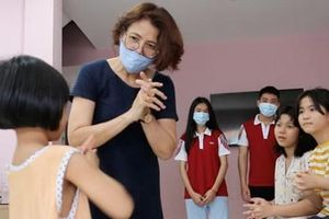 Trường ĐH tặng nước rửa tay cho trẻ em, người già