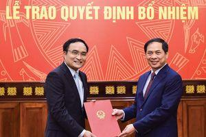 Thứ trưởng Thường trực Bùi Thanh Sơn trao quyết định điều động, bổ nhiệm cán bộ cấp Vụ